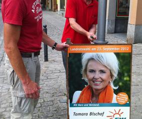 Jetzt stehen sie: Die Hinweisplakate zur Landratswahl im September 2012