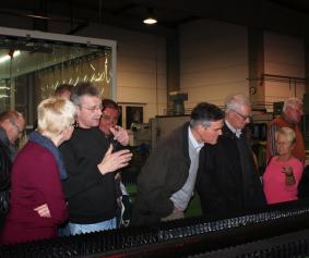 Rudolf Leider erklärt die Funktionsweise einer Bearbeitungsmaschine zum Schärfen von Messern einer Einbahnmaschine